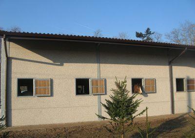 Bruine dakgoten aan stal - aluminium dakgoten Alustar