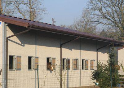 Bruine dakgoten aan stal - aluminium dakgoten en regenpijpen Alustar